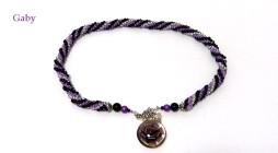 collier de perles de verre noire, lilas et blanc. Pendendif en verre