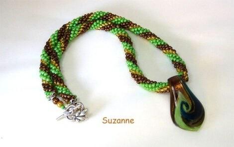 Collier de perles Suzanne. Chez www.metiersdart-cadeaux.com, vous trouverez une sélection superbe des colliers de perles