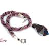 Ce collier de perles est une création unique que vous trouverez chez www.metiersdart-cadeaux.com il est fait au crochet avec des perles rose et insertion de perles noire son fermoir est décoratif et facile a attacher. dans le centre il y a une pièce de verre de couleur rose bourgogne avec insertion de gris et de noire.