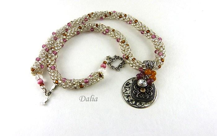 Collier de perles Dalia-www.metiersdart-cadeaux.com