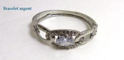 Bracelet argent avec une pierre centrale qui ressemble a un zircon bleue et de faux petits diaments en cercle
