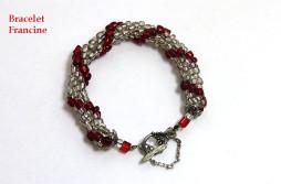 Bracelet de perles transparentes (blanc) avec insertion de perles rouges et un fermoir pour les personnes qui ont de la difficulté pour attacher ce dernier avec une chaine de sécurité.