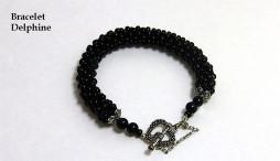 Bracelet de perles noires crocheté avec fermoir en forme de coeur, ce fermoir est idéal pour les personnes qui ont de la difficulté avec leurs mains.