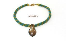 Collier de perles de verre couleur vert avec insertion de perles jaunes et pendentif couleur bronze