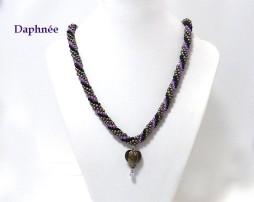 Collier de perles fait a la main couleurs: gris, lilas et noire. livraison gratuite au Canada
