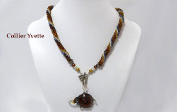 collier de perles Yvette avec pièce de verre éléphant