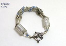 Bracelet de perles argent avec insertion de perles bleues ainsi que des grosses perles argent pour la finition et un fermoir pour les personnes qui ont de la difficulté avoir, le tout terminé par une chaine.