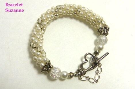 Bracelet de perles Suzanne, Ce magnifique bracelet est composé de perles blanches avec insertion de perles de verre transparent. Son fermoir est facile à bien fermer, ce bracelet il est composé d'une solide attache avec un coeur est une insertion dans ce dernier pour le solidifier, il vient avec chaine de sécurité. La livraison est gratuite au Canada seulement, cependant nous livrons dans le monde entier.