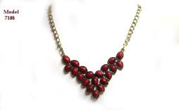 Collier composé de perles bourgogne en triangle le tout surmonté avec une chaine ajustable. Les taxes sont incluses et la livraison est gratuite au Canada.