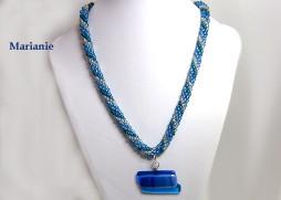 Collier de perles de verre de verre bleu avec insertion de perles turquoise et aussi une ligne de perles de verre blanche (transparente) avec un pendentif de verre dans les mêmes teintes la pièce de verre est une création unique de Mme Diane Gagné. Son fermoir est idéal pour les personnes qui ont de la difficulté avec leurs mains.