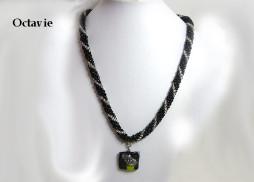 Collier de perles de verre noir avec insertion de perles blanches, ce magnifique collier de perles possède un pendentif qui est aussi en est une création unique de Mme Diane Gagné. Son fermoir est idéal pour les personnes qui ont de la difficulté avec leurs mains.