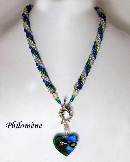 Collier de perles de verre transparent avec insertion de perles de verre bleue et verte. Pendendif de verre reproduisant les mêmes couleurs.