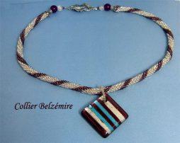 Collier des perles de verre transparent avec insertion de perles mauve, le tout avec un fermoir décoratif en forme de feuille qui facilite attachement du collier le tout avec un pendantif rayé mauve, argent et turquoise Longueur 93 cm diamètre 3 cm