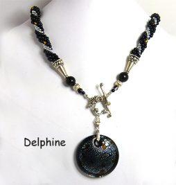 Ce magnifique collier est composé de perles de verre noires avec insertion de perles argent et parsemé de perles or il est a relief les perles noires sont surélevées, il y a un pendentif rond noir avec des flocons de coleur argent et or. Il se termine avec un fermoir décoratif qui est facile à attacher