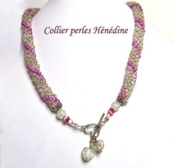 Collier de perles de verre transparent avec insertion de perles roses.