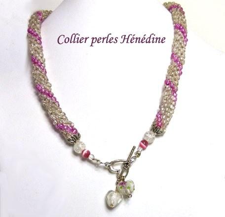 Collier de perles de verre transparent avec insertion de perles roses.