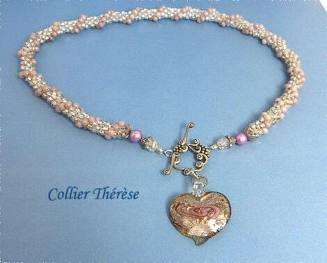Collier de perles en verre transparent avec insertion de perles rose.