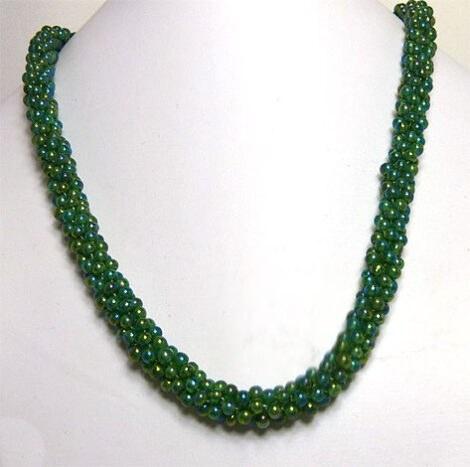 Collier de perles de couleur jade.