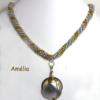Collier de perles fait à la main avec des perles argenté et insertion de perles or. Dans le centre il y a un pendentif en aluminium vantage fait aussi a la main. Le tout est terminé avec un fermoir décoratif et facile à attacher. Ce collier est une pièce unique