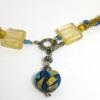 Collier crocheté de perles or avec insertion de perles bleues surélevées, terminées par une perle de forme carrée de murano terminé avec un joli coeur décoratif qui possède les mêmes couleurs que le collier et le fermoir est argent décoratif et facile a attacher.